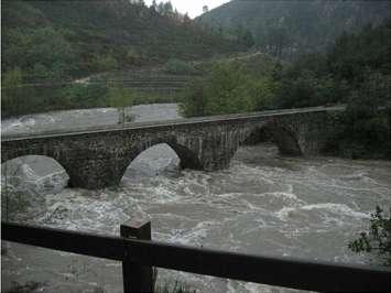 Le Gardon de Saint-Jean au pont d'Arenas lors de la crue du 3 novembre 2011. Cette rivière serait particulièrement sensible aux orages cévenols. Le programme Hymex permettra peut-être de comprendre ce qui les déclenche. © Jean-François Didon-Lescot (UMR Espace)