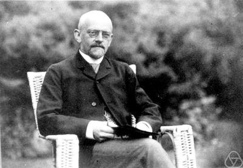 Le mathématicien allemand David Hilbert (1862-1943) est considéré comme l'un des plus grands mathématiciens de tous les temps et le dernier à maîtriser, à défaut de connaître, presque toutes les mathématiques connues à son époque. Il a aussi influencé toute la physique du XXe siècle, à travers la mécanique quantique notamment, par ses travaux sur les équations aux dérivées partielles et la relativité générale. © Mathematisches Forschungsinstitut Oberwolfach
