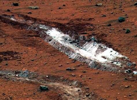 Un sillon d'une blancheur éclatante dans le sol martien. Crédit NASA.