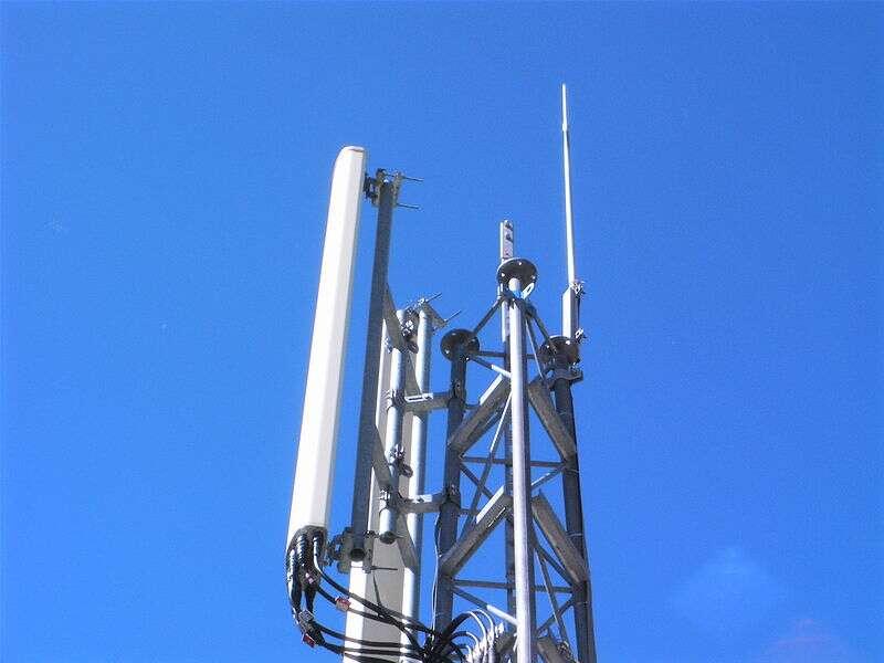 Les antennes-relais nécessaires au téléphone mobile émettent des ondes électromagnétiques. Pour réduire l'intensité de ces ondes à 0,6 volt par mètre, il faudrait en implanter trois fois plus selon une étude récente. © France64160, Wikimedia Commons, cc by sa 2.0