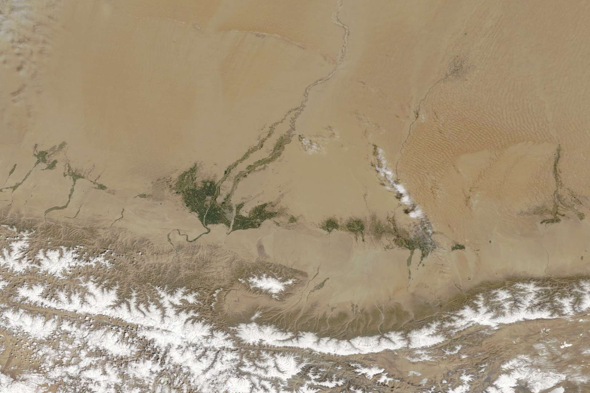 Désert du Taklamakan et oasis de Khotan. On peut voir la cordillère de Kulun, en bas de l'image. © Lauren Dauphin, Modis, Nasa