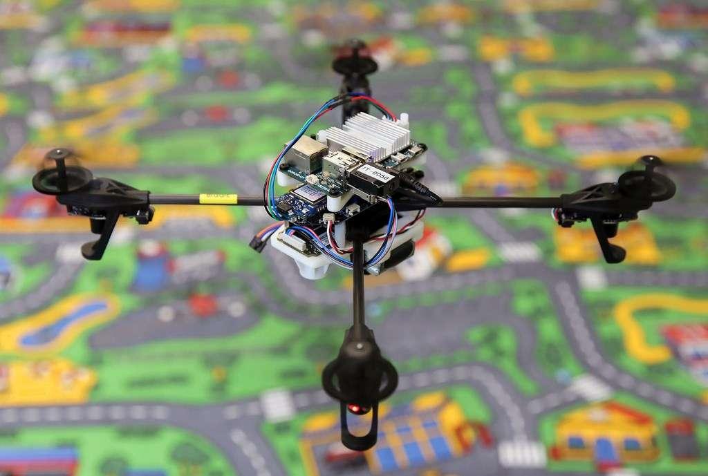 Ce drone mis au point à l'université de Zurich est équipé d'un système de stabilisation et d'atterrissage automatique. Grâce à une caméra, un capteur de distance et une centrale inertielle, il est capable de rétablir sa position de vol pour s'adapter en cas de bourrasque de vent ou s'il perd la liaison GPS qui le guide. © UZH