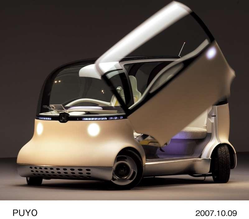 Son revêtement est doux comme la peau, ses formes rondes sont censées épargner les piétons bousculés et son moteur rejette de l'eau… C'est la Puyo. © Honda