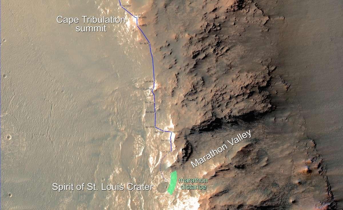 Le 9 février 2015 (Sol 3926), il ne restait plus que 200 m à parcourir à Opportunity sur le bord ouest du grand cratère Endeavour (22 km de diamètre) pour achever son premier marathon, soit 42,195 km, commencé il y a 11 ans. Après l'exploration du petit cratère Spirit of Saint Louis, le rover s'engagera dans la vallée de Marathon où affleurent différents types de minéraux hydratés. Image prise par l'orbiteur MRO. © Nasa, JPL-Caltech, University of Arizona