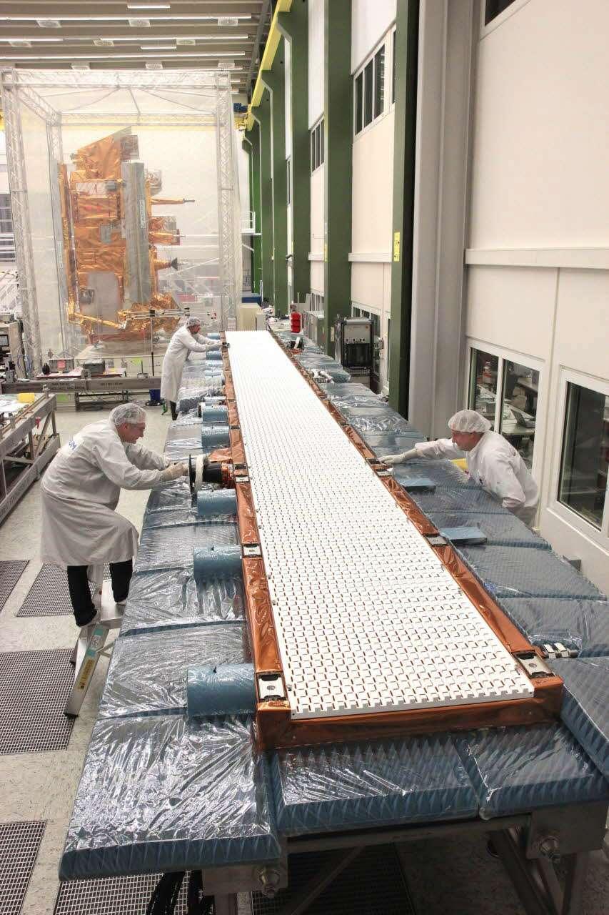 Construit par Airbus Defence and Space, le radar du satellite Sentinel 1 mesure 12 mètres de long et est composé de 560 petites antennes individuelles couplées entre elles. © Airbus Defence and Space
