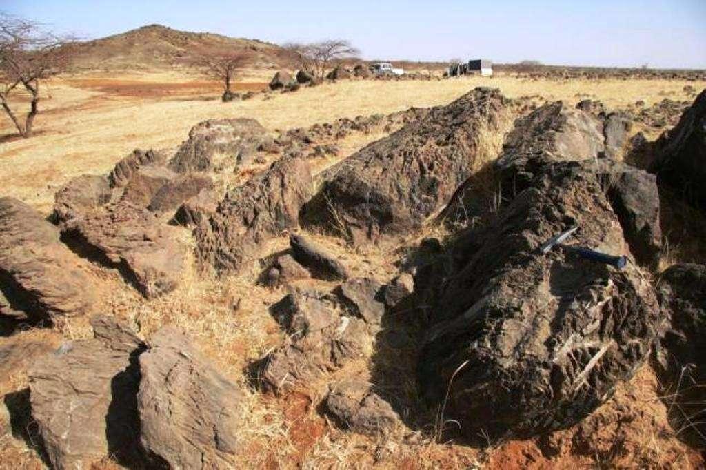 Blocs de roches métamorphisées présentes dans la ceinture de roches vertes de Tera au Niger (province du Liptako). © GET (CNRS, IRD, Université Paul Sabatier /OMP)