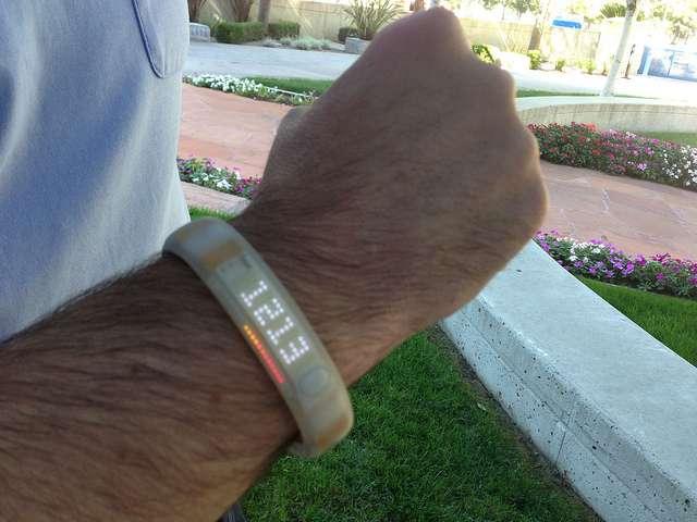 Les bracelets d'activité ou bracelets connectés sont l'une des émanations de l'Internet des objets. © Intel Free Press, Flickr, CC by-sa 2.0