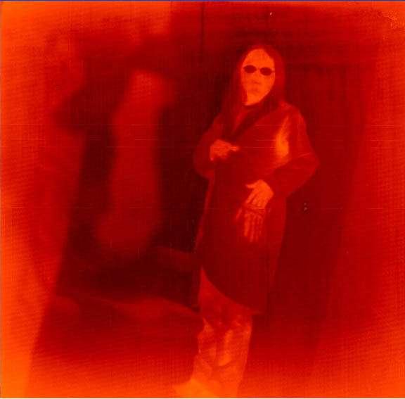 Un corps au-dessus du zéro absolu émet un rayonnement électromagnétique. C'est une perte d'énergie thermique par radiation. Ici, un ingénieur au centre Goddard vient de mettre la main dans la poche de sa blouse. Un photographe a alors déclenché l'obturateur de son appareil Qwip (Nasa), dont le capteur est sensible aux fréquences du domaine infrarouge. © Nasa