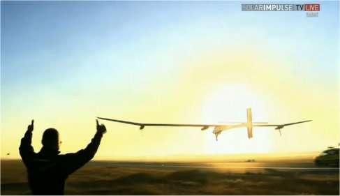 Ce 21 juin, peu après 6 h 00 TU (8 h 00 en heure locale), l'avion solaire de Solar Impulse, aux mains d'André Borschberg, décolle de Rabat-Salé pour une deuxième tentative vers Ouarzazate. Au premier plan, Bertrand Piccard (qui a assuré l'étape Madrid-Rabat) assiste au décollage. © Solar Impulse