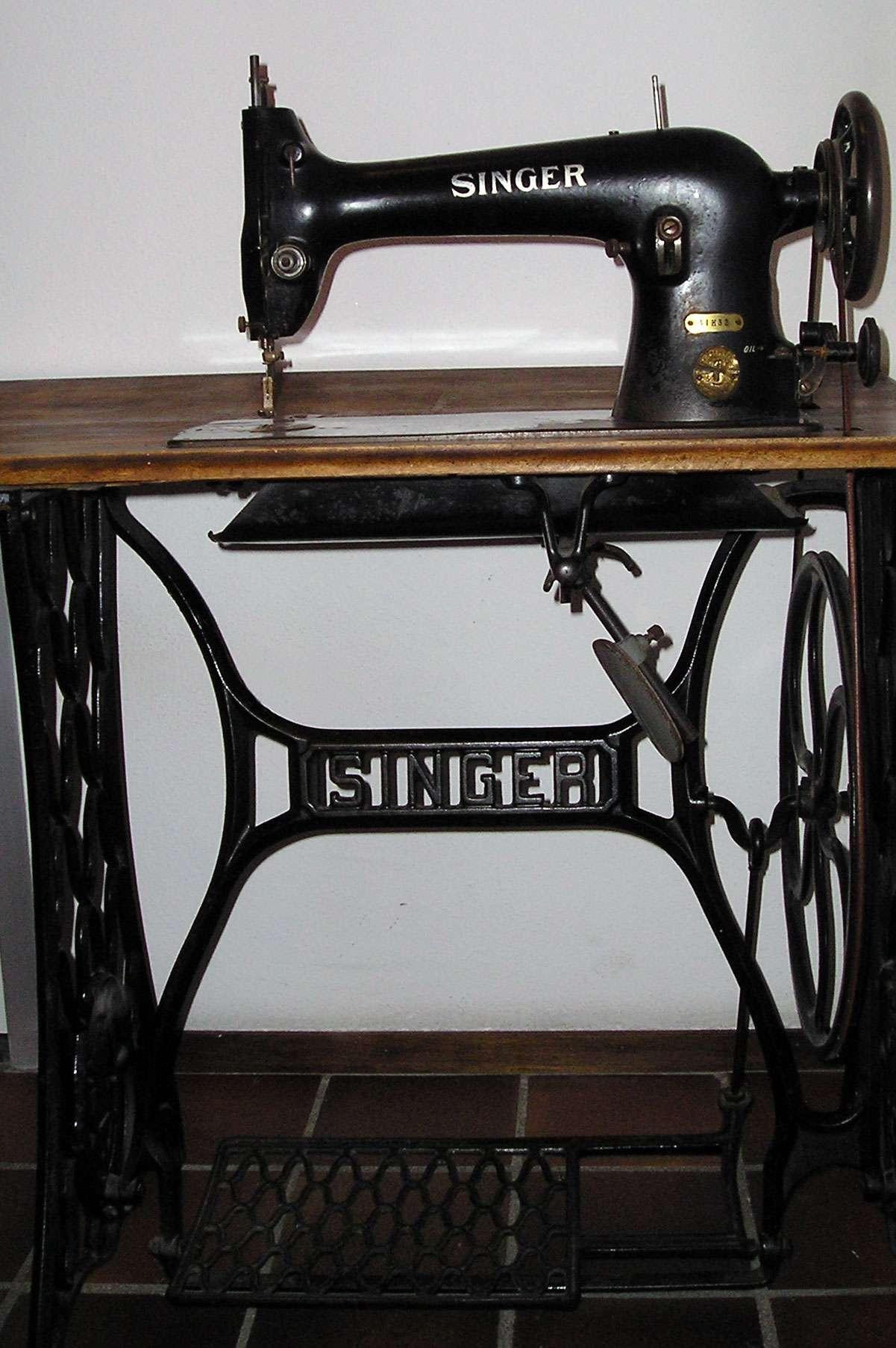 La machine à coudre a transformé la couture, qui est devenue plus pratique et moins chère. © Vincent de Groot, CC BY-SA 3.0, Wikimédia Commons