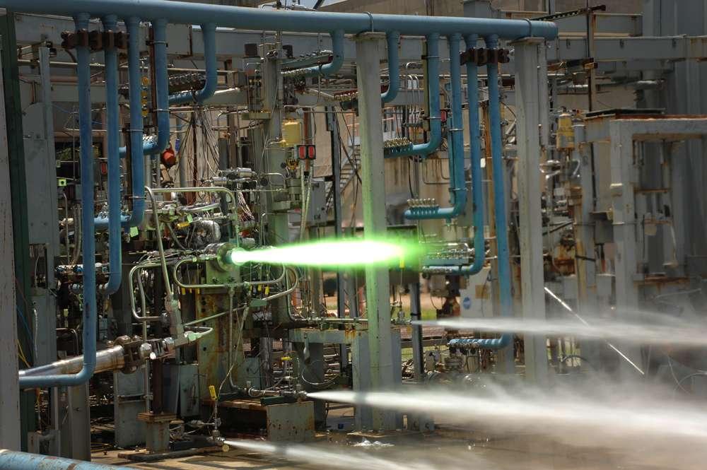 Cette image est extraite d'une vidéo montrant un test de moteur-fusée effectué au Marshall Space Flight Center de la Nasa, en Alabama. L'injecteur du moteur a été fabriqué avec une imprimante 3D. Dans le futur, des moteurs de fusée complets devraient ainsi sortir de ces imprimantes, dans l'espace ou sur des bases lunaires. © Nasa, MSFC
