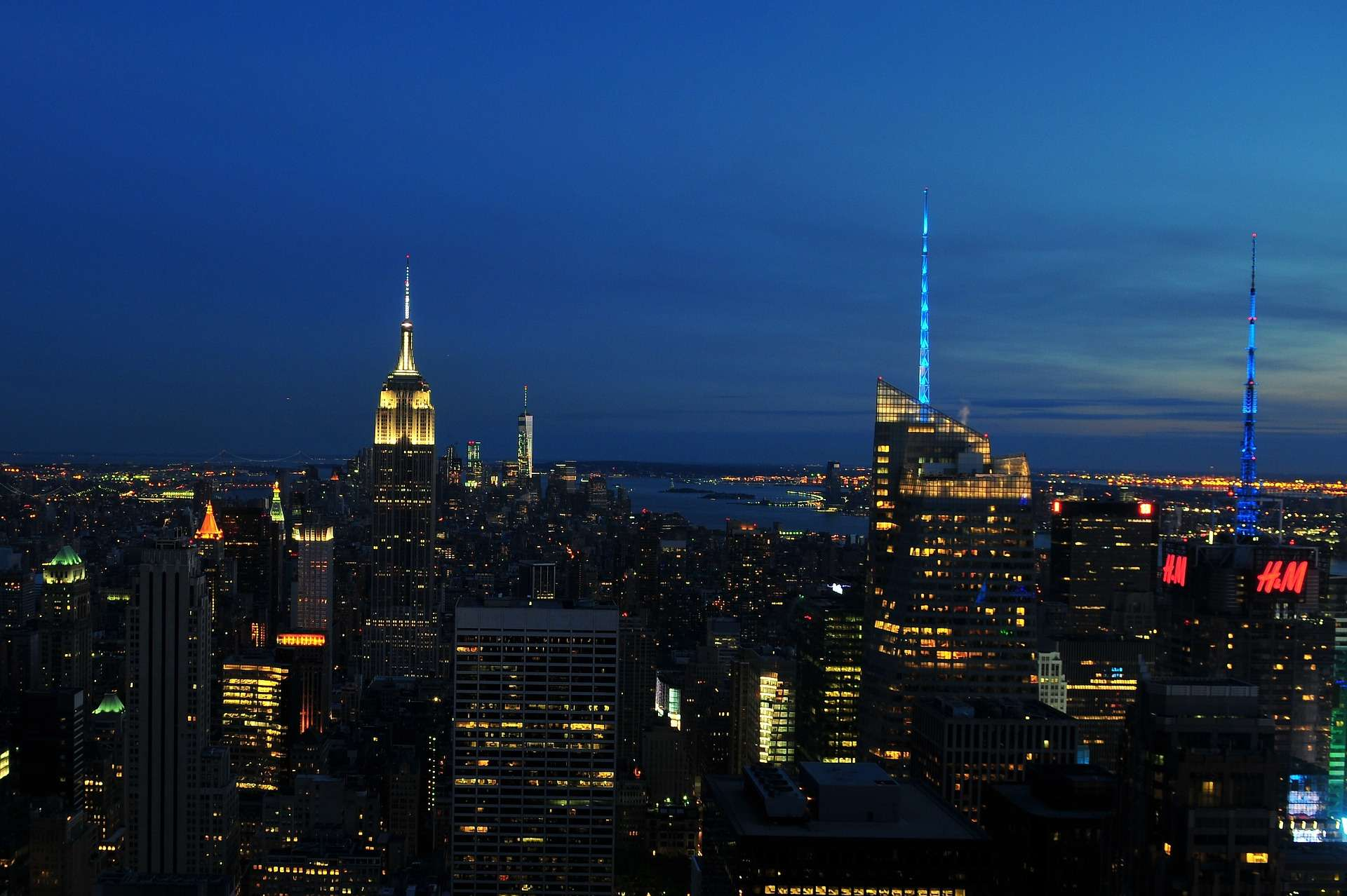 Brève Une Lumière Bleu électrique Inonde Le Ciel De New York