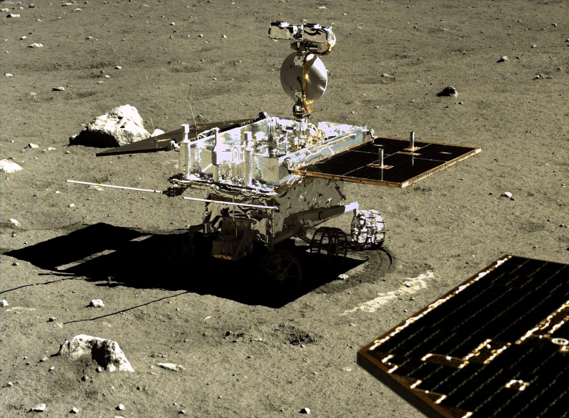 Le rover Yutu-2 de la mission Chang'e 4 sur la face cachée de la Lune, vu depuis sa plateforme d'atterrissage. © CNSA