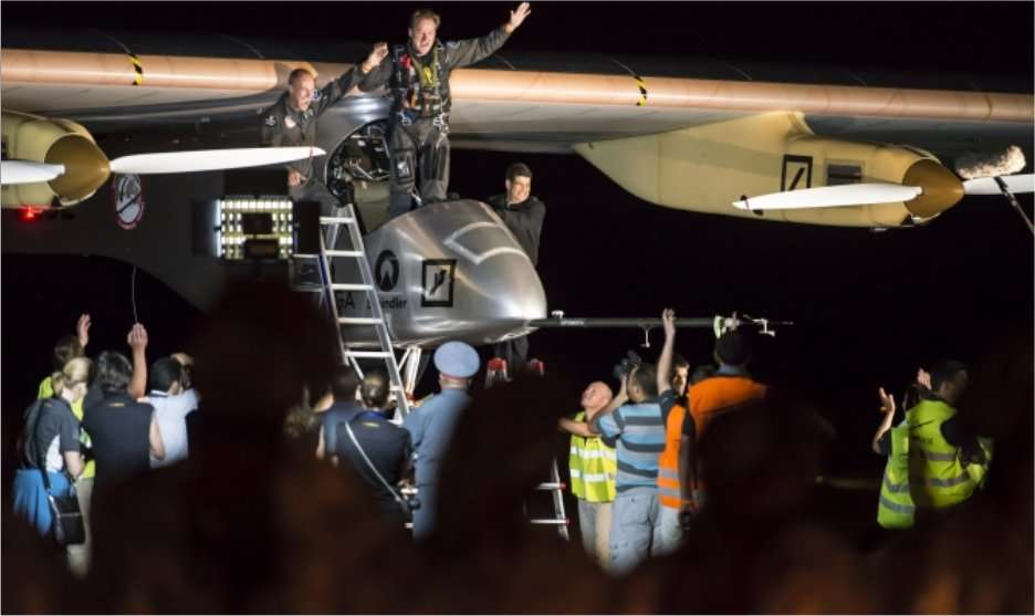 Il est un peu plus de minuit à Ouarzazate ce 22 juin 2012. André Borschberg s'extrait du cockpit de l'avion solaire HB-SIA où il vient de passer plus de 17 heures après son décollage de Rabat-Salé. © Solar Impulse