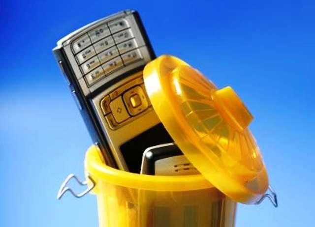 Les smartphones sont notamment concernés par la nouvelle réglementation sur le recyclage des petits équipement électroniques. © tonobalaguerf, shutterstock.com