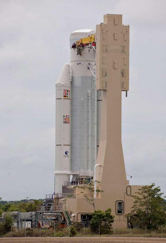 Préparation de l'Ariane 5 qui sera utilisée pour lancer deux satellites de télécommunications, le 28 octobre. © Esa / Cnes / Arianespace - Service optique CSG