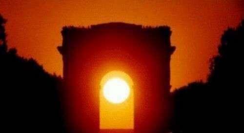 Coucher de Soleil dans l'axe de l'Arc de Triomphe, à Paris, le 11 mai 2001. Objectif de 300 mm sur film 200 Asa Fujicolor. © Gilles Dawidowicz, Association pour la création et la diffusion scientifique