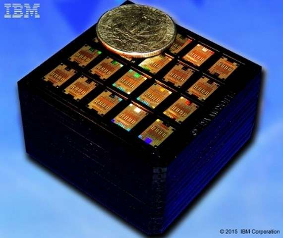 Ce boîtier renferme plusieurs centaines de puces photoniques destinées à fabriquer des émetteurs-récepteurs capables de transférer les données à 100 Gbit/s. IBM compte intégrer ces composants dans ses futurs serveurs et supercalculateurs. © IBM