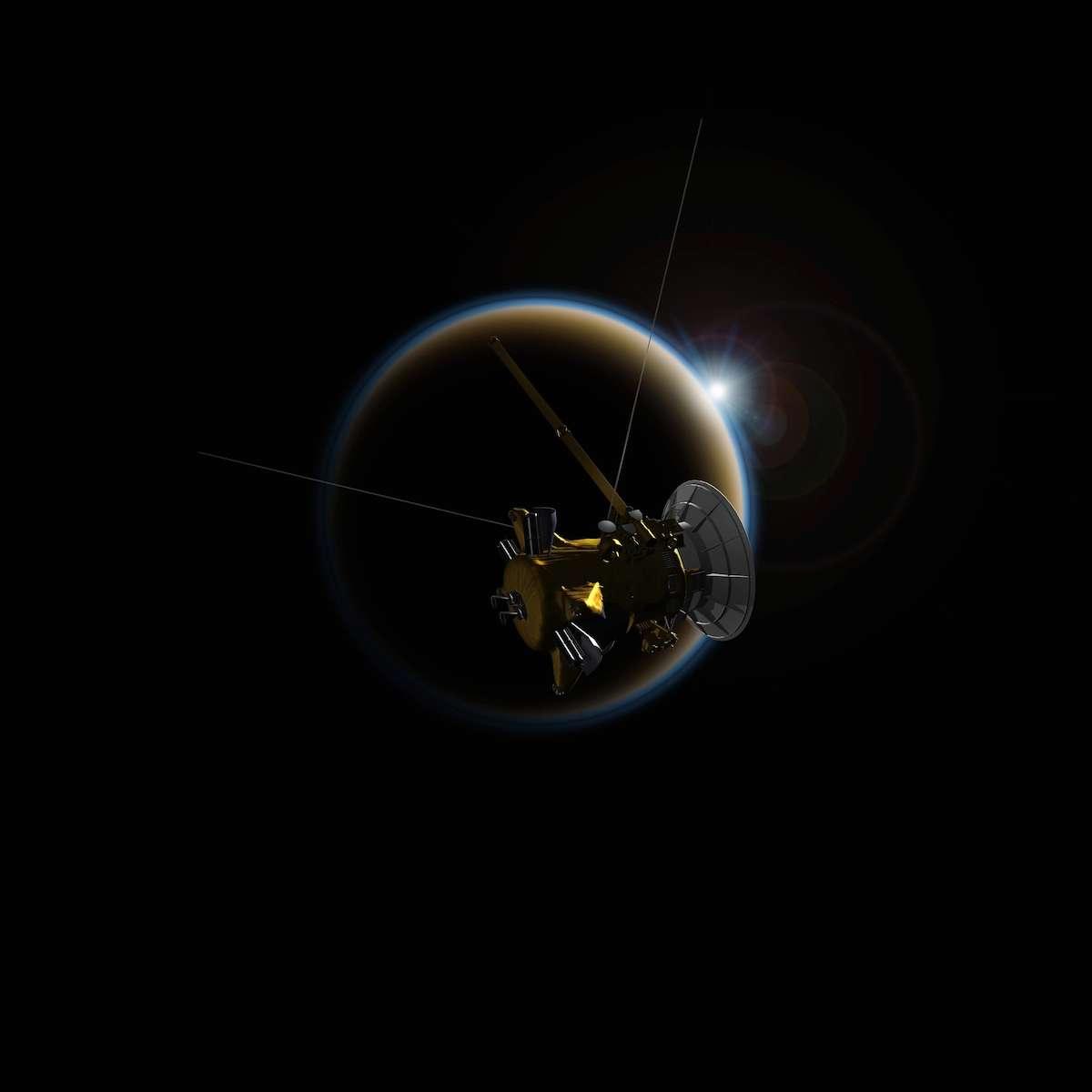 Illustration de la sonde spatiale Cassini approchant Titan, satellite naturel de 5.150 km de diamètre gravitant autour de Saturne. En analysant les données collectées par le spectromètre Vims (Visual and Infrared Mapping Spectrometer) lors d'occultations solaires, une équipe de chercheurs souligne l'influence de la couche de brume dans la compréhension de son atmosphère à basse altitude. © Nasa, JPL-Caltech