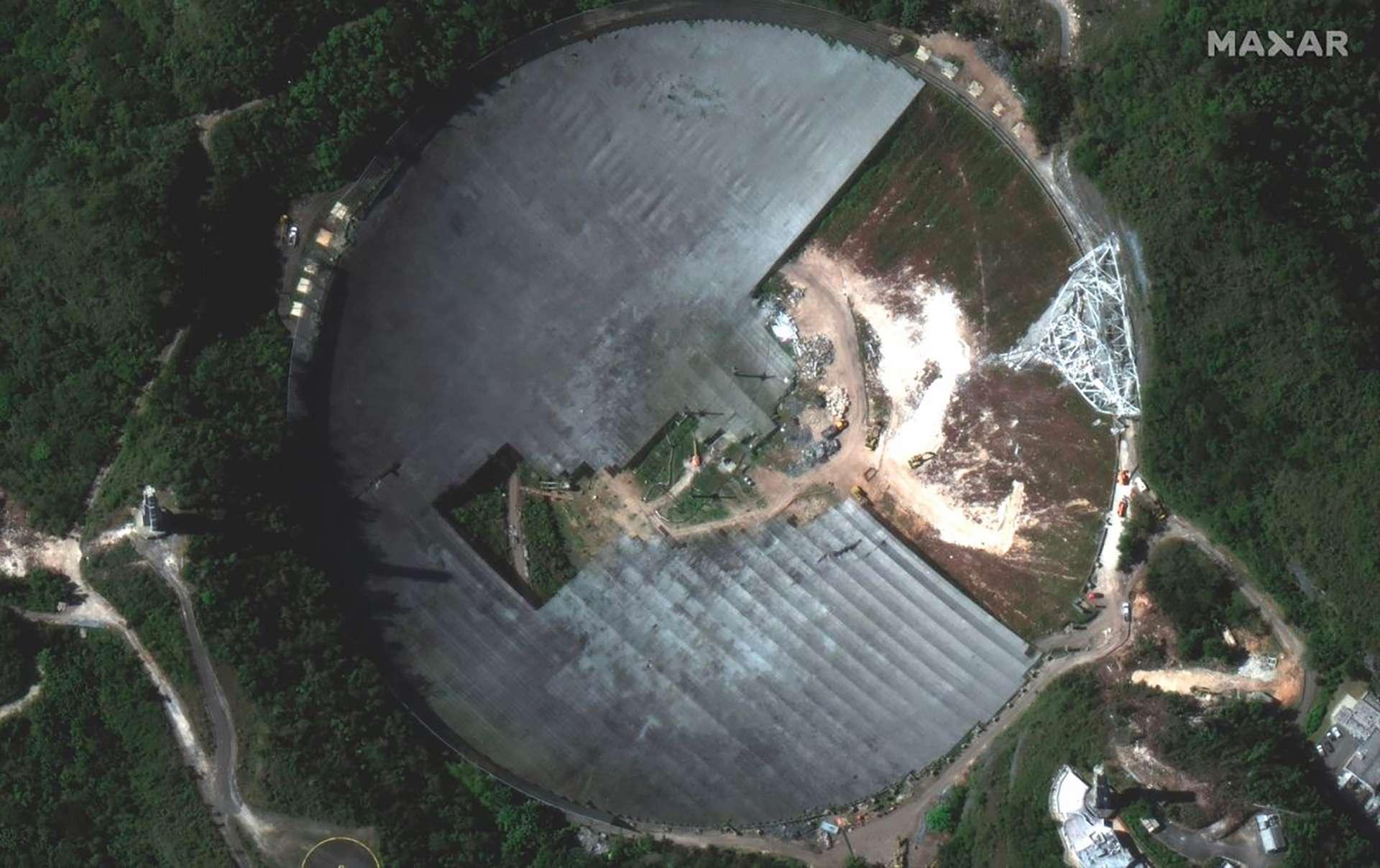 Le radiotélescope d'Arecibo en cours de démontage observé par un satellite Worldview de Maxar. L'image a été acquise le 23 février 2021. © Maxar