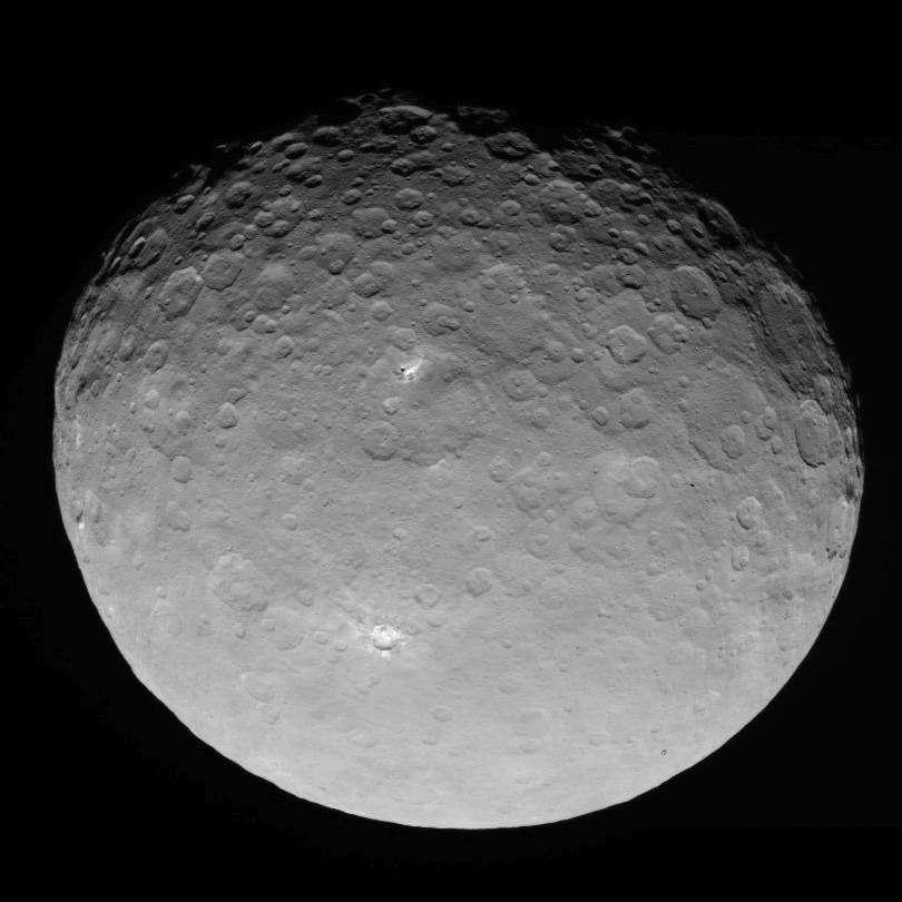 La planète naine Cérès photographiée par la mission Dawn, le 4 mai 2015 à 13.600 km de distance. Le duo de points lumineux situés dans le cratère apparaît entouré d'une multitude d'autres surfaces réfléchissantes. © Nasa, JPL-Caltech, Ucla, MPS, DLR, IDA