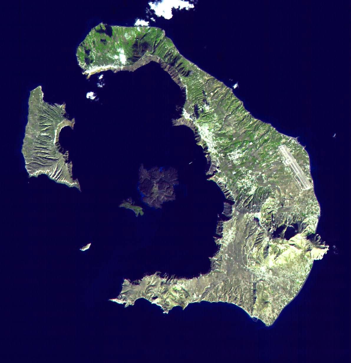 L'île de Santorin avec sa caldeira centrale. © Nasa