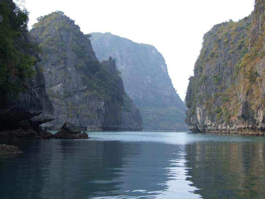 La visite de la baie d'Along au Vietnam s'effectue préférentiellement à bord d'une jonque. © robertlafond2009, Flickr, cc by sa 2.0