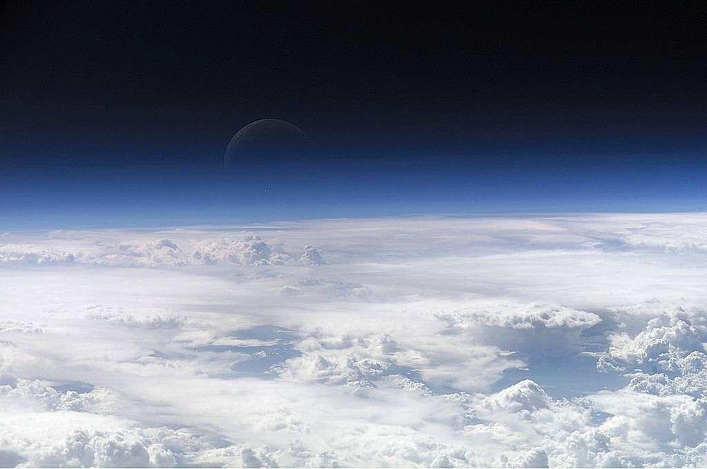 La couche d'ozone, épaisse de 30 km environ, protège la vie terrestre du rayonnement solaire ultraviolet. Sa stabilité est particulièrement menacée par les composés chlorés dont font partie les CFC, HCFC et HFC. © Nasa, Wikimedia, DP