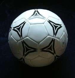 Le football n'est pas toujours bénéfique pour la santé. À vouloir trop jouer avec la tête et pas assez avec les pieds, on risque des dommages cérébraux importants. © Anton, Wikipédia, cc by sa 3.0