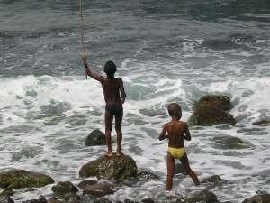 Environ 40% de la population mondiale vit au bord de l'océan, comme ces deux enfants de Santo Antao, dans l'archipel du Cap-Vert. © Christine Burnichon/Futura-Sciences