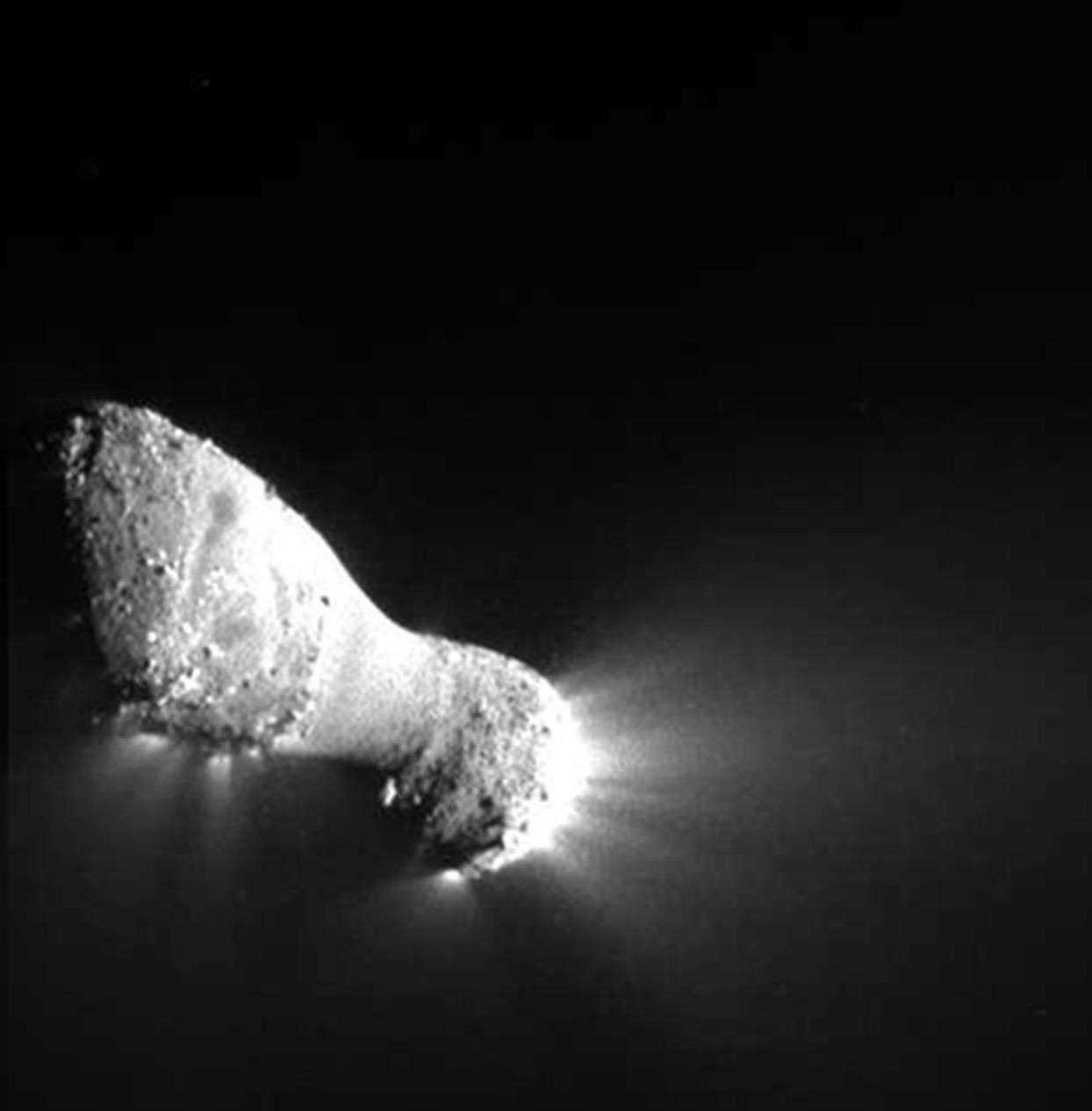 Une vue détaillée de la comète 103P/Hartley 2, obtenue par la sonde Epoxi. Les plus petits détails visibles font moins de 10 mètres. © Nasa