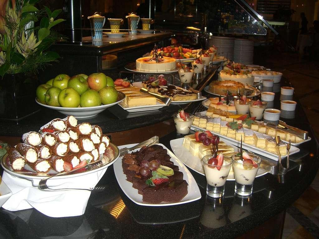 Lorsque l'on est devant un buffet, il est très difficile de se contenir et d'opter pour les aliments les plus sains. Des chercheurs américains montrent que si le buffet est bien organisé et que les produits moins gras sont présentés en premier, les consommateurs auront tendance à mieux manger. Les restaurateurs responsables de l'alléchant buffet de desserts de l'image ont donc beaucoup de choses à apprendre… © avlxyz, Flickr, cc by sa 2.0