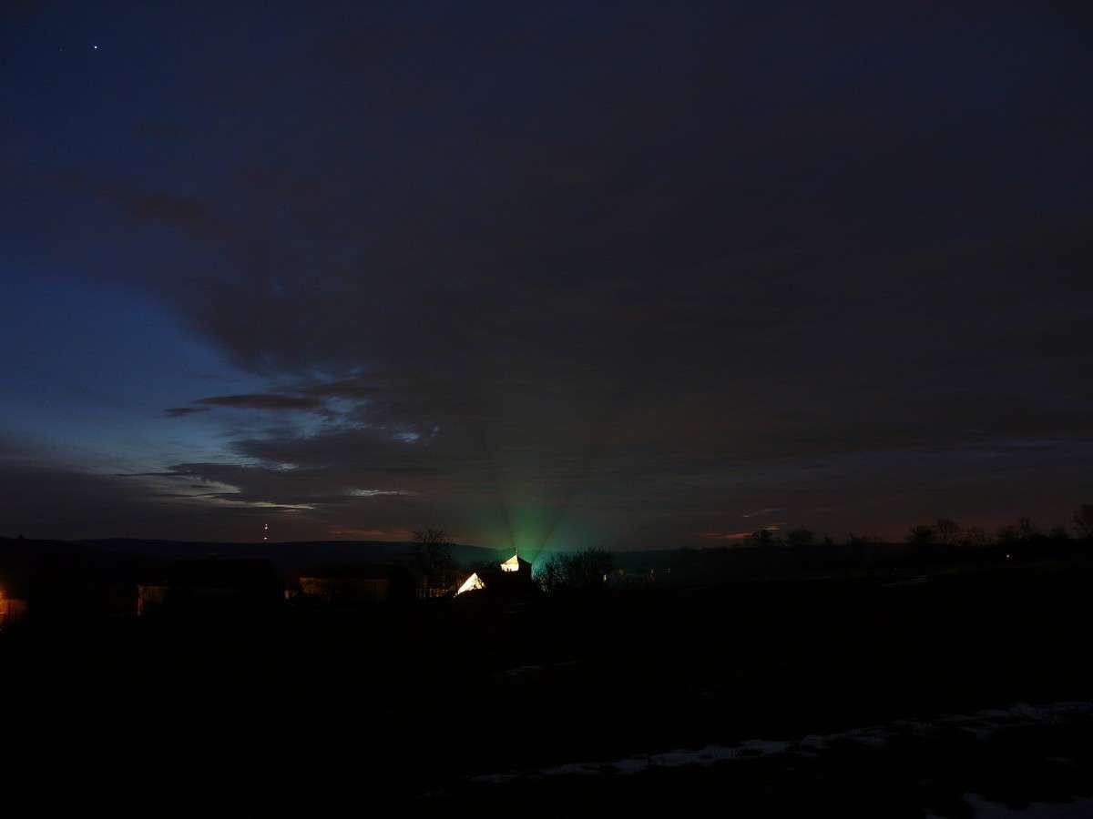 Un exemple d'éclairage totalement inadapté que l'on retrouve même loin des grandes agglomérations. © J.-B. Feldmann (http://montreurdimages.blogspot.com/)