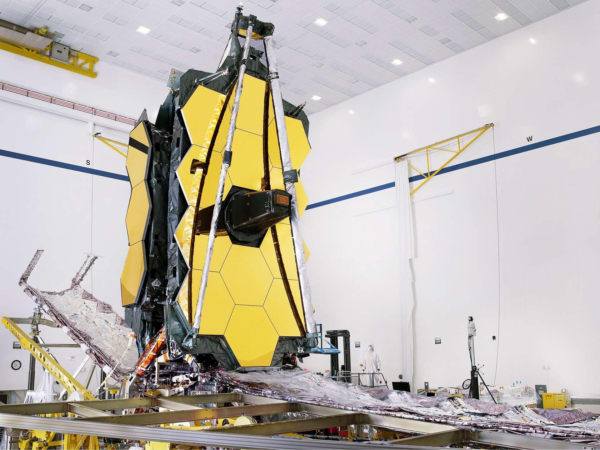 Le James Webb Space Telescope (JWST) intégralement assemblé entreposé dans son hangar. © Nasa, Chris Gunn