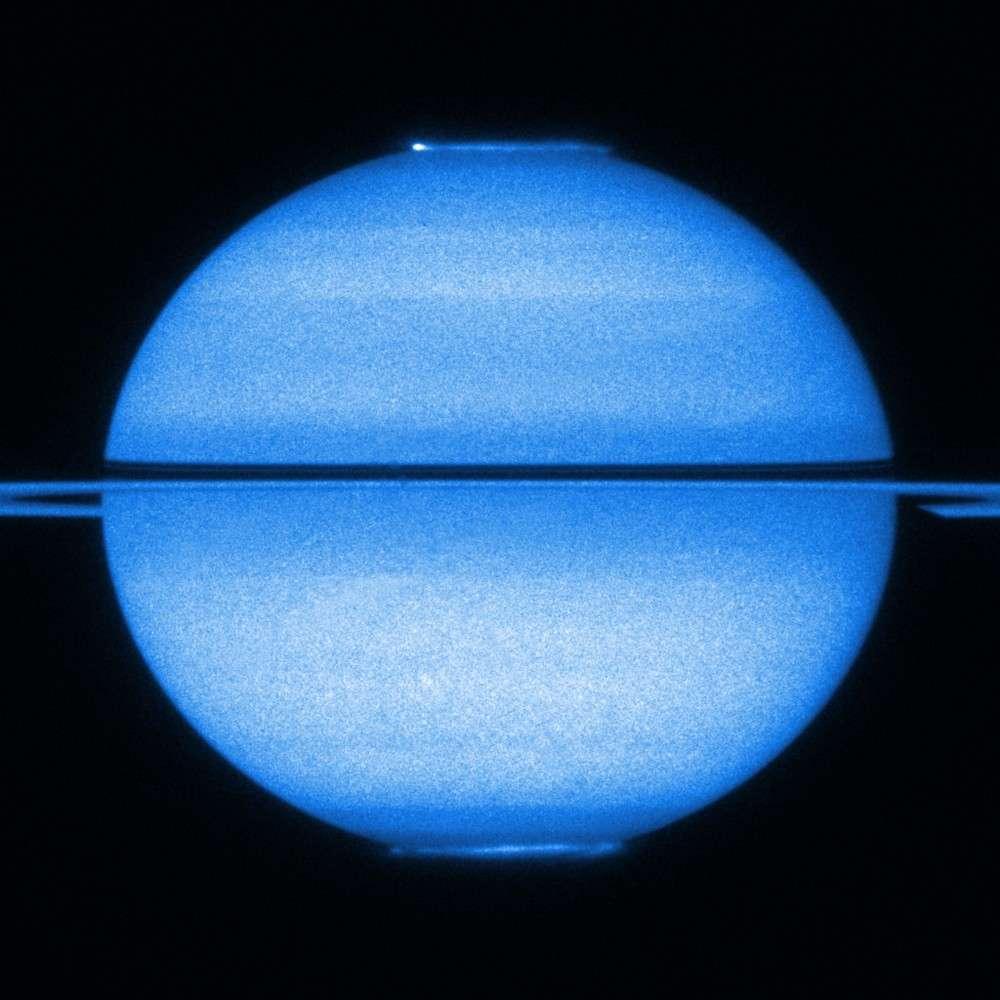 Une double aurore polaire observée sur Saturne en ultraviolet début 2009 par le télescope spatial Hubble. Crédits : Nasa / Esa