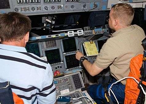Le commandant de bord Chris Ferguson (gauche) et le pilote Eric Boe (droite) préparent Endeavour aux manœuvres d'approche et d'amarrage de la navette. Crédit Nasa