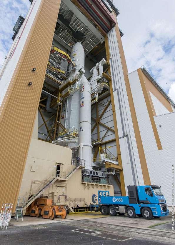 Transfert d'Ariane 5 ECA du Bâtiment d'assemblage final (BAF) à son pas de tir (Ela 3). © Esa, Cnes, Arianespace, service optique CSG