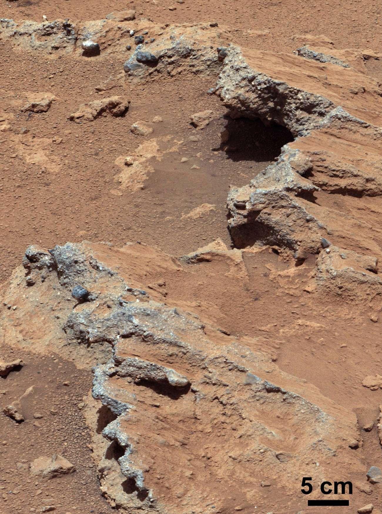 Des observations et une analyse chimique poussées ont donné la certitude aux scientifiques que l'image montre une partie d'un ancien lit de rivière, aujourd'hui asséché. © Nasa, JPL-Caltech, MSSS