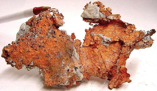 Le cuivre est l'un des rares métaux à se trouver naturellement dans la nature. Il a alors une couleur rouge ou orangée. Lorsqu'il s'oxyde, il donne ensuite du vert-de-gris. Le phénomène s'observe sur de nombreuses statues. © U.S. Geological Survey, Flickr, CC by 2.0