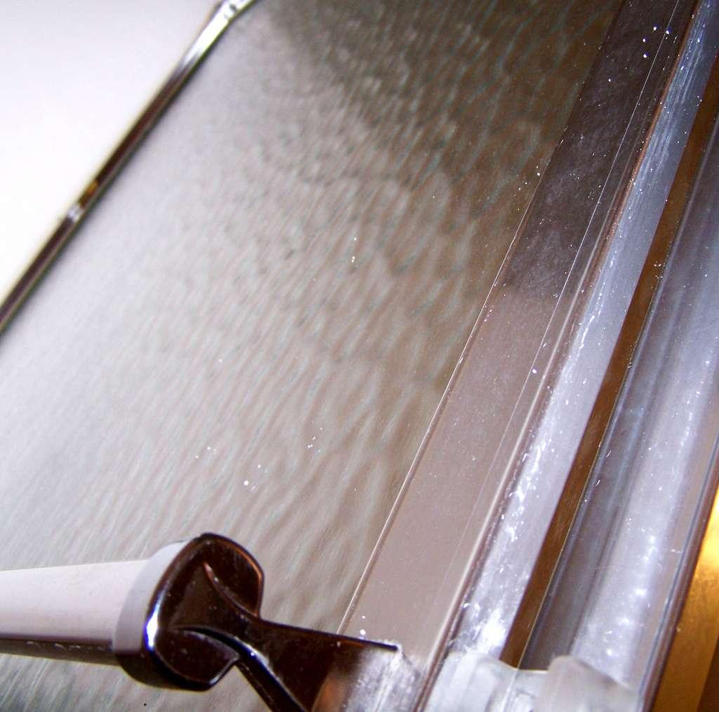 Installer une porte de douche permet de protéger les alentours. © Carissa GoodNCrazy, Flickr, CC BY 2.0
