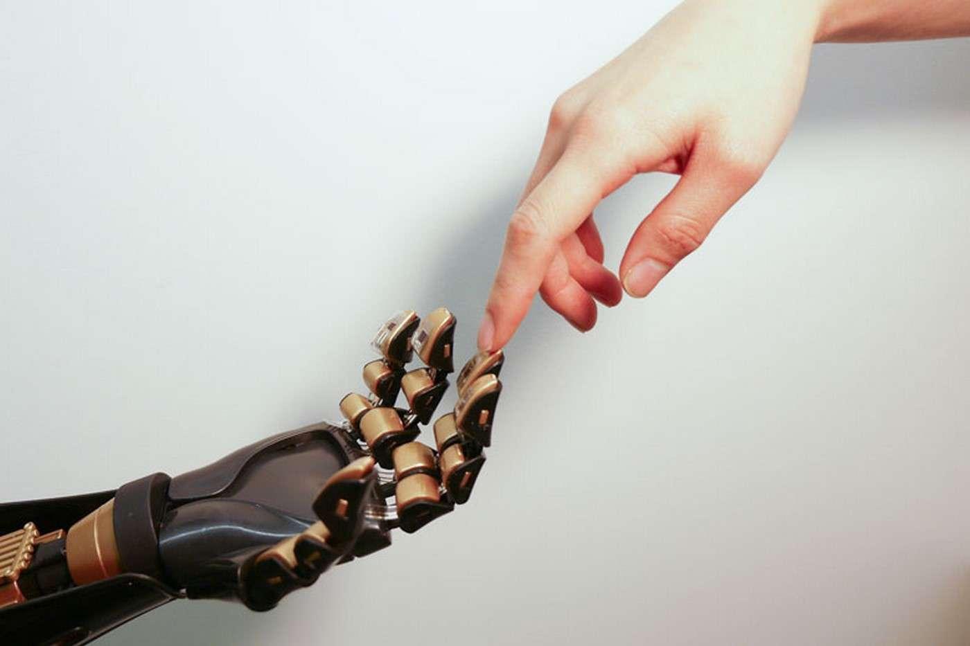 Le professeur Zehan Bao de l'université de Stanford travaille depuis une décennie sur la peau artificielle. Son nouveau mécanorécepteur ouvre des perspectives très prometteuses pour les prothèses bioniques. © Bao Research Group, Stanford University