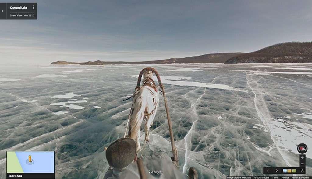 Pour réaliser ses prises de vues à 360 degrés en Mongolie, Google a eu recours tantôt à des randonneurs portant les caméras sur le dos, tantôt à un traineau tiré par un cheval comme ici sur le lac Khosvgol. © Google