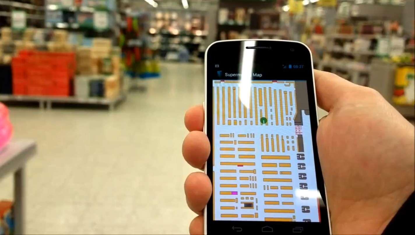 Sur l'écran du smartphone, le plan du lieu (ici un supermarché) s'affiche avec la position de l'utilisateur en temps réel (point vert, en haut au centre). © Indooratlas