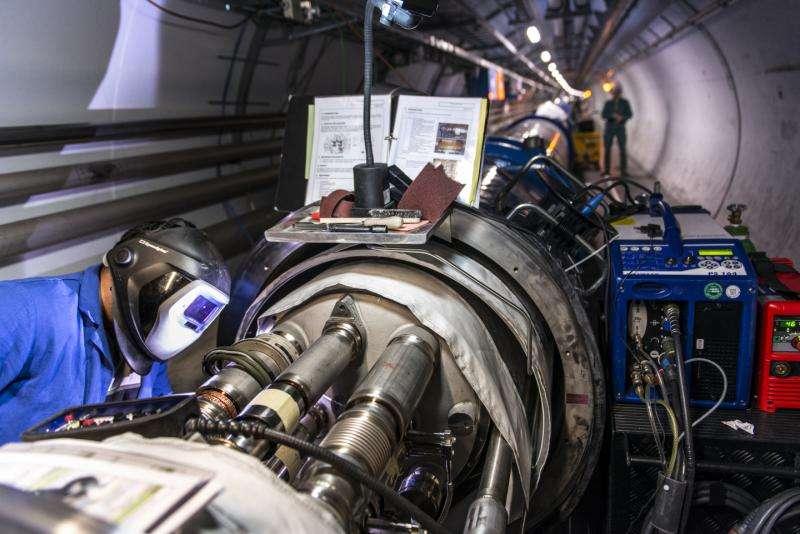 Pour fonctionner à plus haute énergie, le LHC a été renforcé. Quelque 1.700 interconnexions entre les aimants supraconducteurs répartis sur les 27 km de circonférence du plus grand collisionneur de particules du monde ont été consolidées, incluant plus de 10.000 jonctions électriques supraconductrices. © Maximilien Brice, Cern