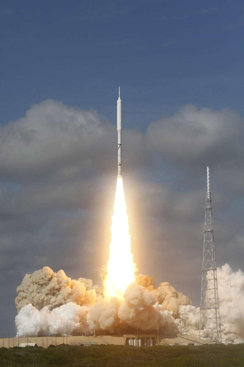 Essai réussi du premier étage d'Ares 1 lors du vol d'Ares 1X (octobre 2009). Crédit Nasa