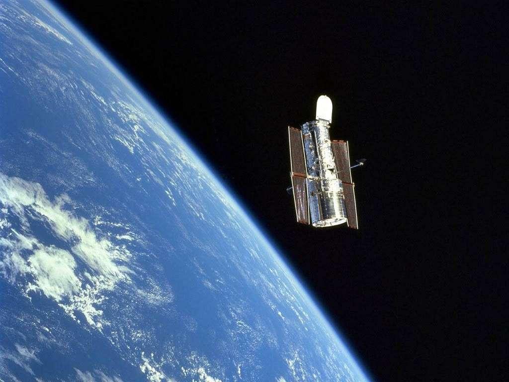 A 600 kilomètres d'altitude, le télescope spatial Hubble tourne inlassablement autour de la Terre. Réussite technologique exceptionnelle, il n'a cessé de révolutionner notre vision du cosmos depuis 20 ans. Crédit Nasa
