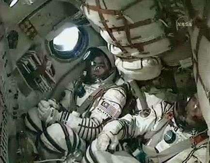Sheikh Muszaphar occupe le siège de droite du vaisseau Soyouz (à gauche sur l'image). Crédit NASA.