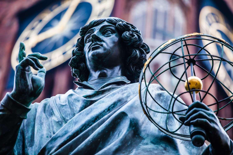 Le copernicium tire son nom de l'astronome Nicolas Copernic, père de la théorie héliocentrique. © Curioso, Shutterstock