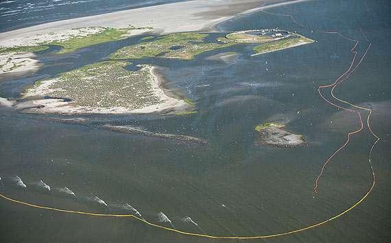 Les barrières flottantes mises en place pour protéger une réserve naturelle, le Breton National Wildlife Refuge. © BP p.l.c