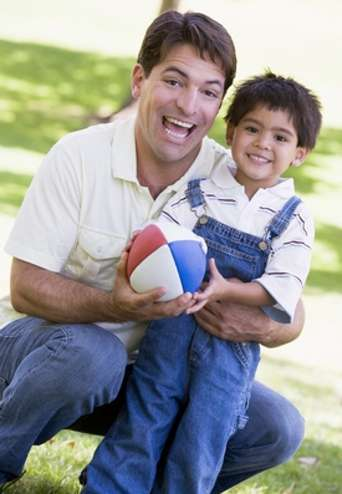 Le rugby pour les 5-7 ans permet de développer l'adresse, le dépassement de soi et la socialisation de l'enfant. © Phovoir